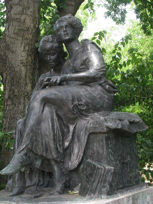 Jókai szobor nőalakok